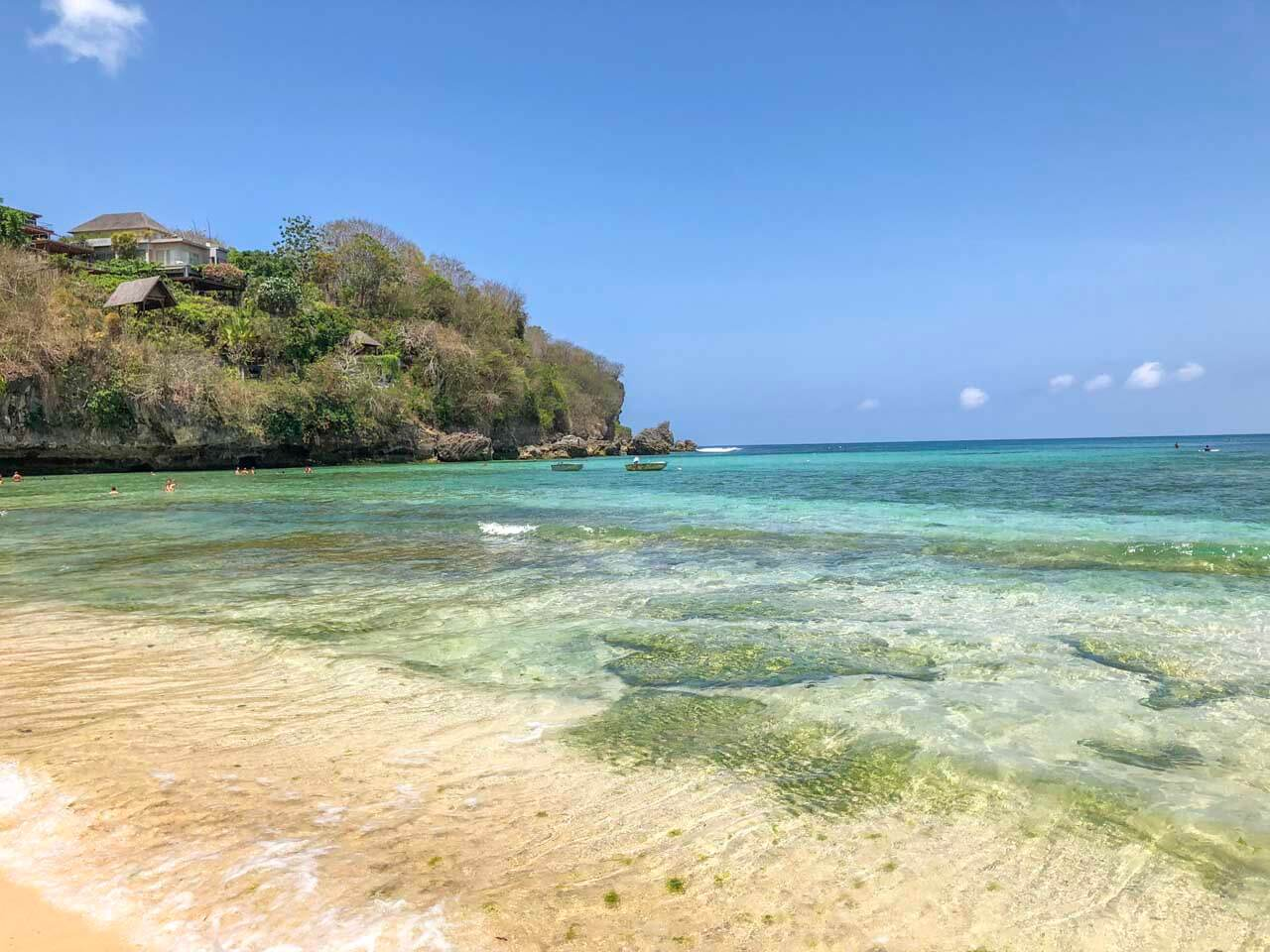 Mar cristalino de Padang Padang Beach