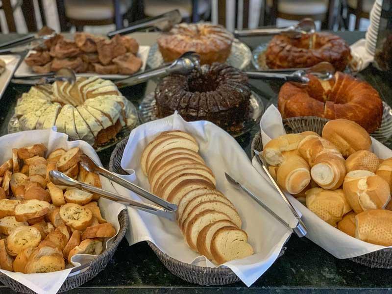 Mesa de café da manhã do hotel em Bonito MS