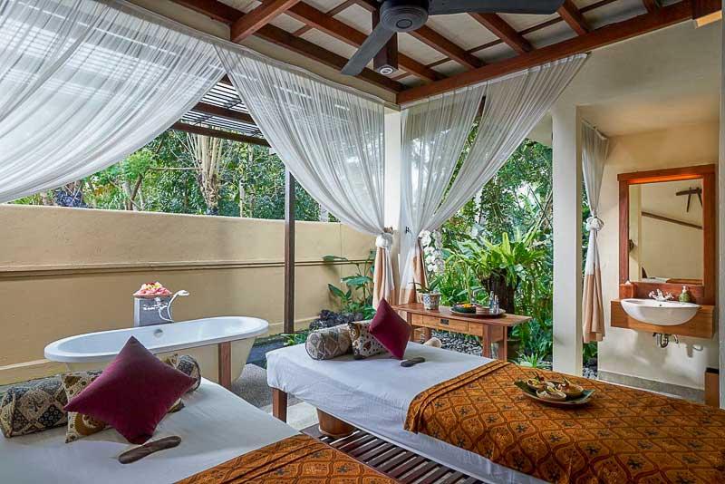 Spa com banheira e camas de massagem no Komaneka em Ubud