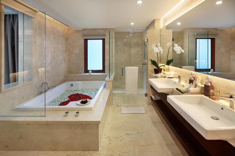 Banheiro grande com duas pias e banheira