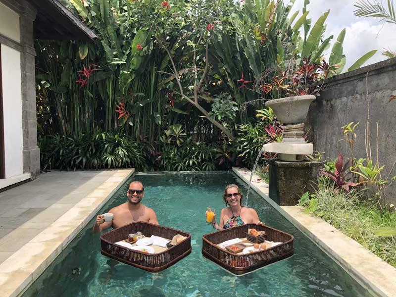 Onde ficar em Ubud: Casal com café da manhã flutuante na piscina do quarto