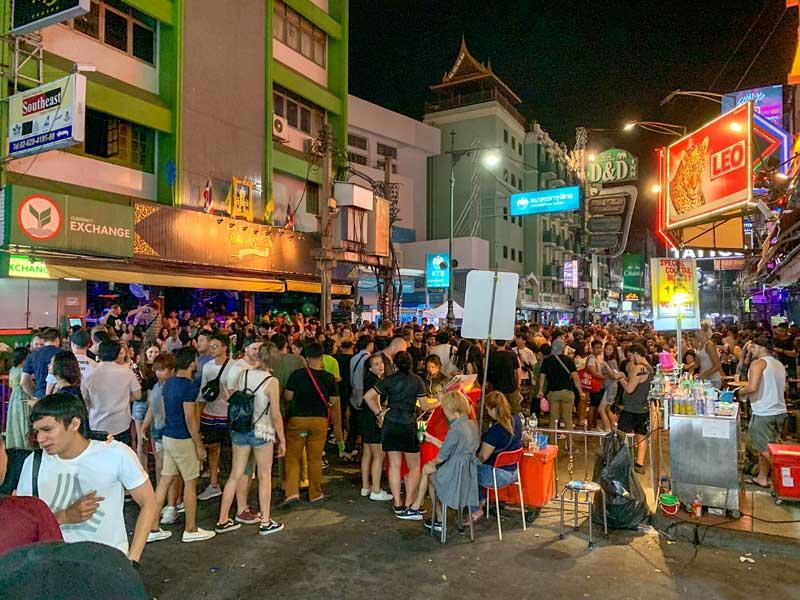 Multidão em rua de Bangkok. O seguro viagem Ásia também pode ajudar em caso de furto.