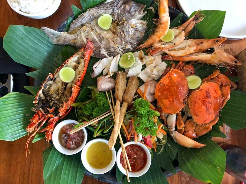 Prato com peixes, caranguejos, camarões e lagosta, muito apreciados em países asiáticos