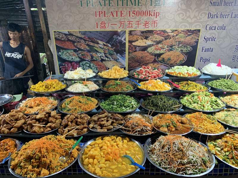 Vários tipos de comida em barraca de rua no Laos, no Sudeste Asiático.