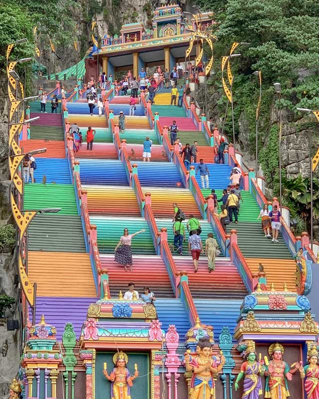 Grande escadaria colorida do templo de Batu Caves no Sudeste Asiático