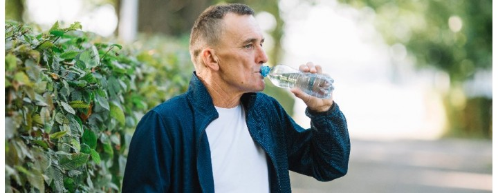 Cuidado com a desidratação em idosos no verão
