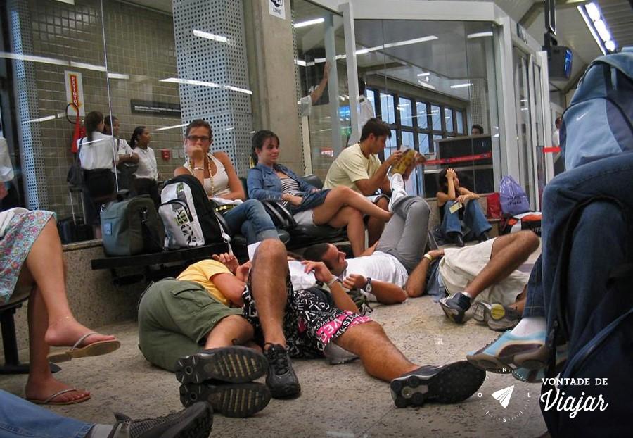 dormir-no-aeroporto-galera-esperando-voo-para-o-canada