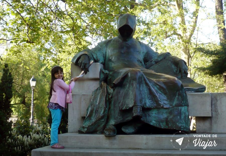 budapeste-com-criancas-estatua-do-autor-desconhecido-no-parque-da-cidade
