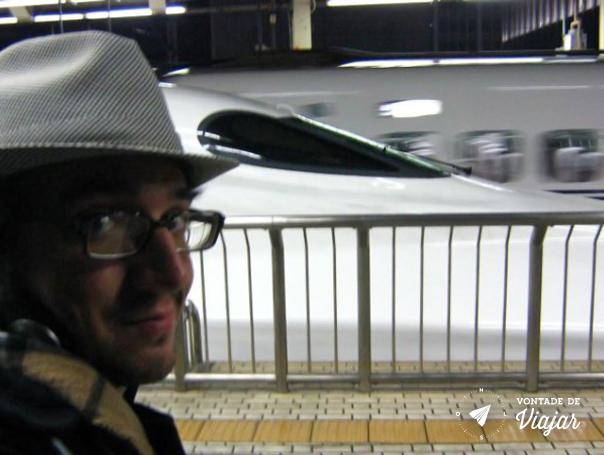 Kyoto - Bruno e o trem de alta velocidade Shinkansen que liga Kyoto a Tokyo