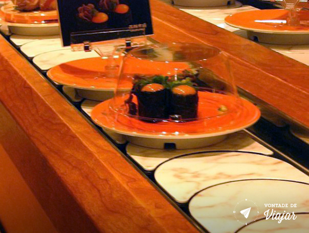 Kyoto - No sushi de esteirinha um enroladinho em que tinha carne cozida e uma gema crua