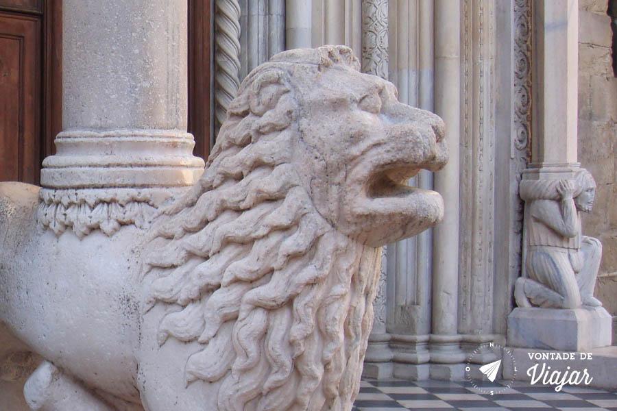 O que fazer em Bergamo - Leao de marmore da Basilica Santa Maria Maggiore