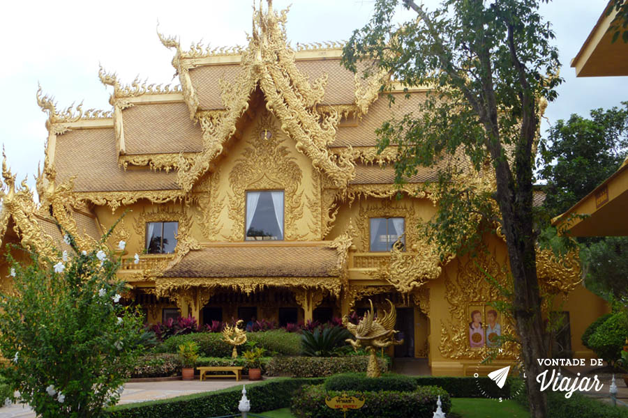Wat Rong Khun em Chiang Rai, na Tailandia - Banheiro dourado