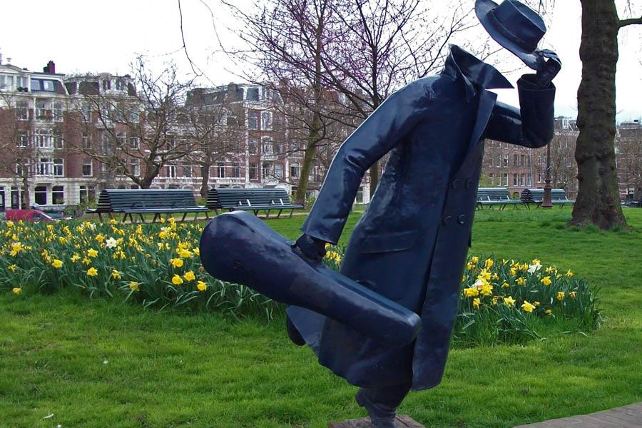 Amsterdam - estatua homem correndo para pegar tram 10 marnixstraat