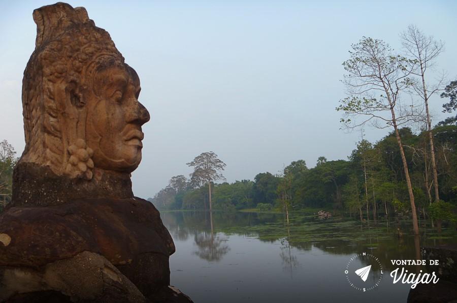 Angkor Wat - Ponte com estatuas Khmer a caminho dos templos