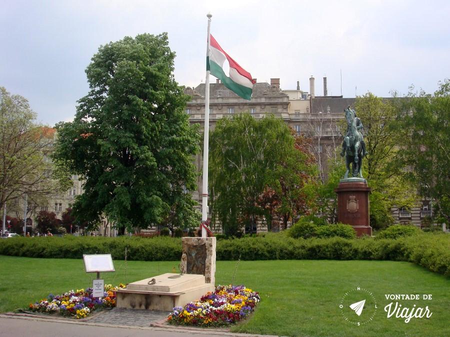 comunismo-na-hungria-bandeira-da-hungria-com-furo-no-meio-parlamento-de-budapeste