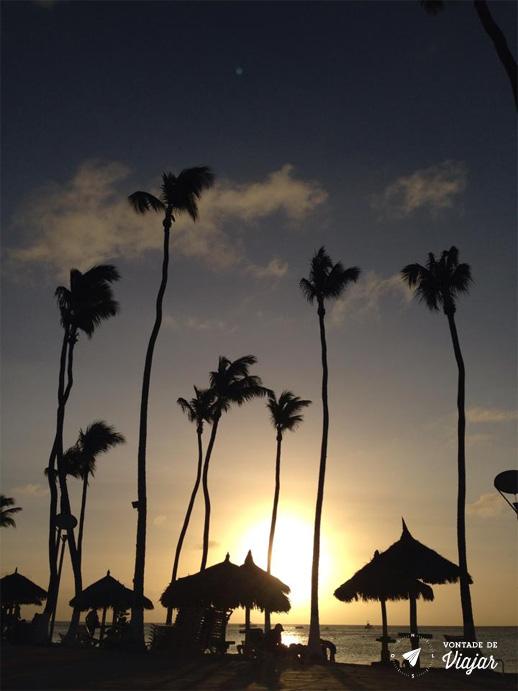 Aruba - Coqueiros e barracas na praia de Palm Beach