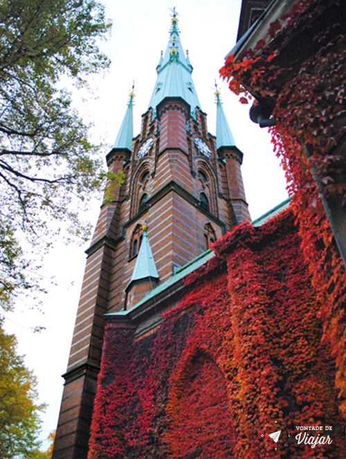Estocolmo - Igreja coberta de folhas no outono - foto de Mariana Magalhaes Costa para o blog Vontade de Viajar
