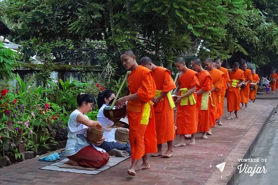 Luang Prabang - Doacao de alimentos aos monges