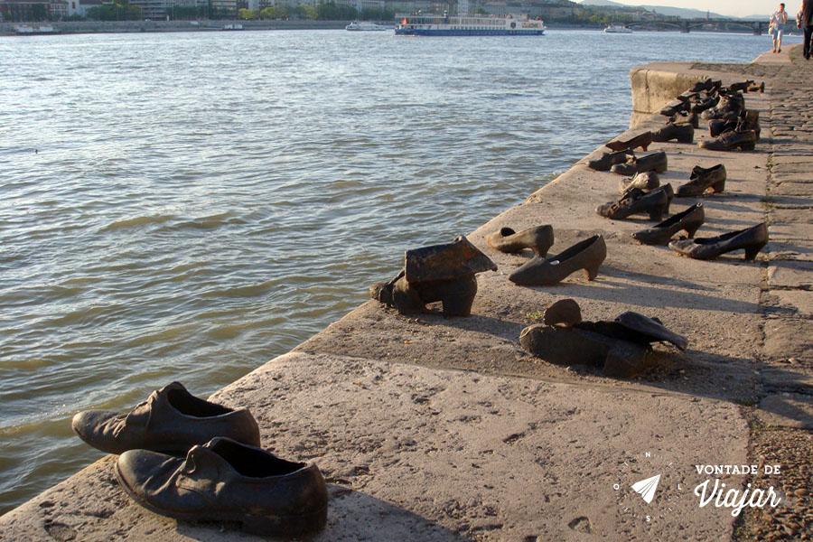 Budapeste - Estatua sapatos judeus no rio Danubio