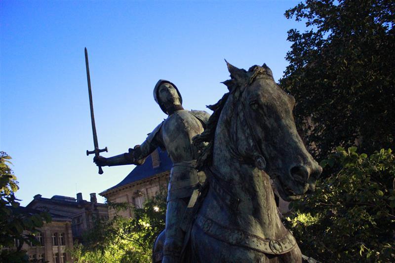 Estátua de Joana D'Arc em Reims (via)