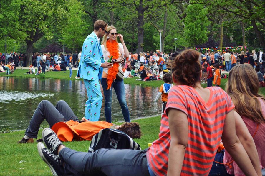 Dia do Rei Amsterdam - Galera fantasiada no parque - foto de Paula Abrahao