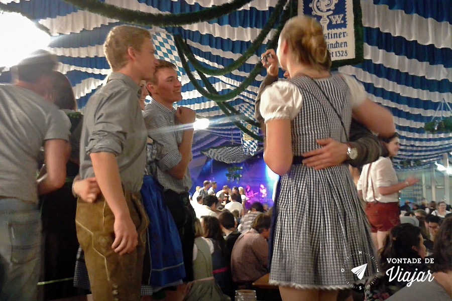Oktoberfest de Munique - Subir na mesa pra dancar