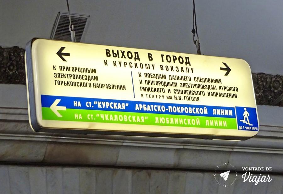 Metro de Moscou - Placa do metro em russo