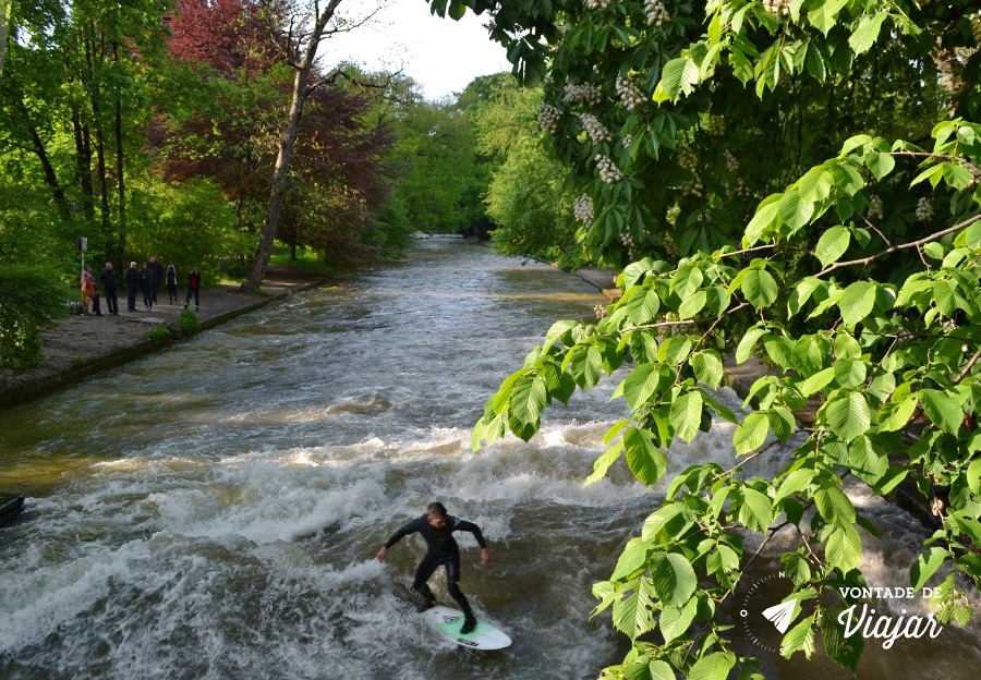 Munique - Englischer Garten - Surfistas de rio no Eisbach