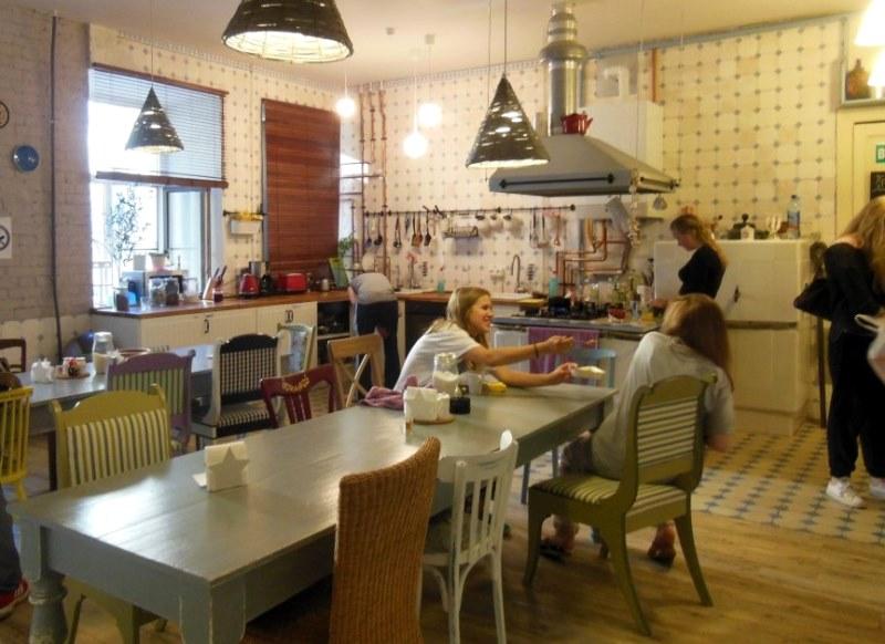 Jantar no albergue (via)