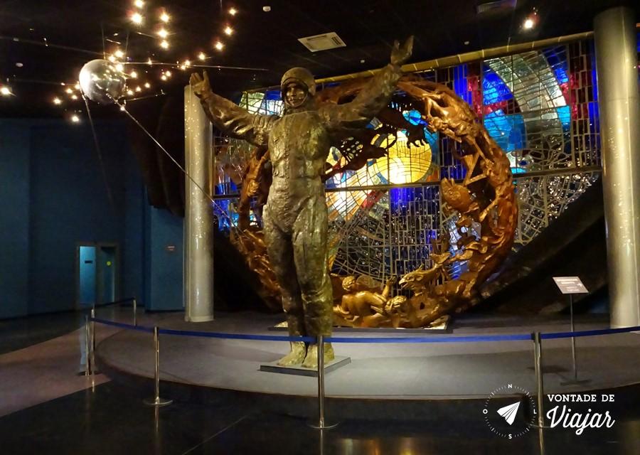 Museu da Cosmonautica - Salao principal com replica do satelite Sputnik