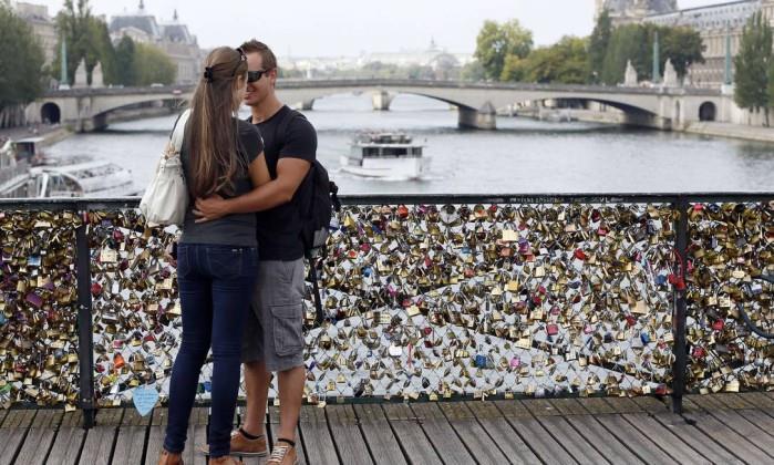 Cadeados do amor serao retirados da Pont des Arts em Paris - foto AFP