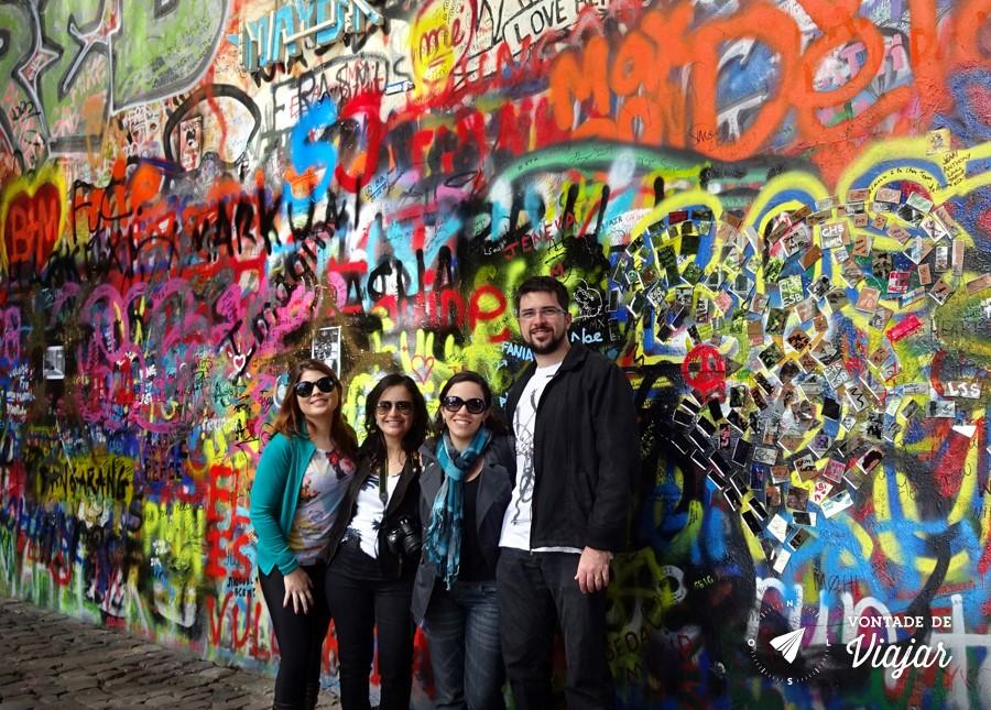Lennon Wall - com nossos amigos de viagem em Praga