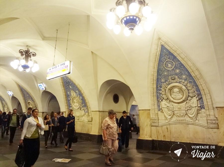 Metro de Moscou - Taganskaya com herois retratados em porcelana azul e branca