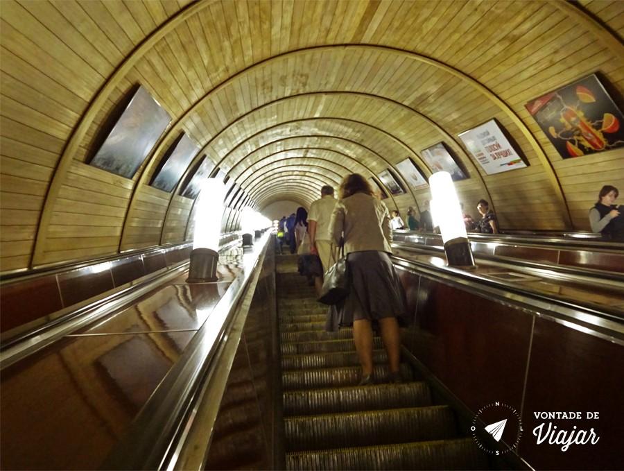 Escada longa no metrô, pelo menos era rolante!