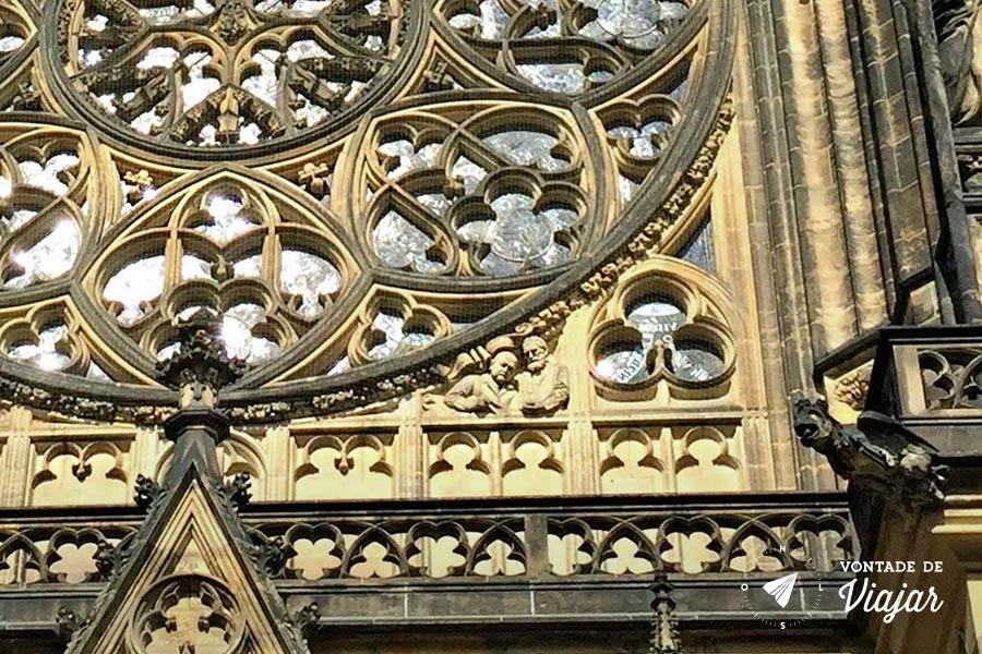 Catedral de Sao Vito Praga - homens de terno na fachada da igreja