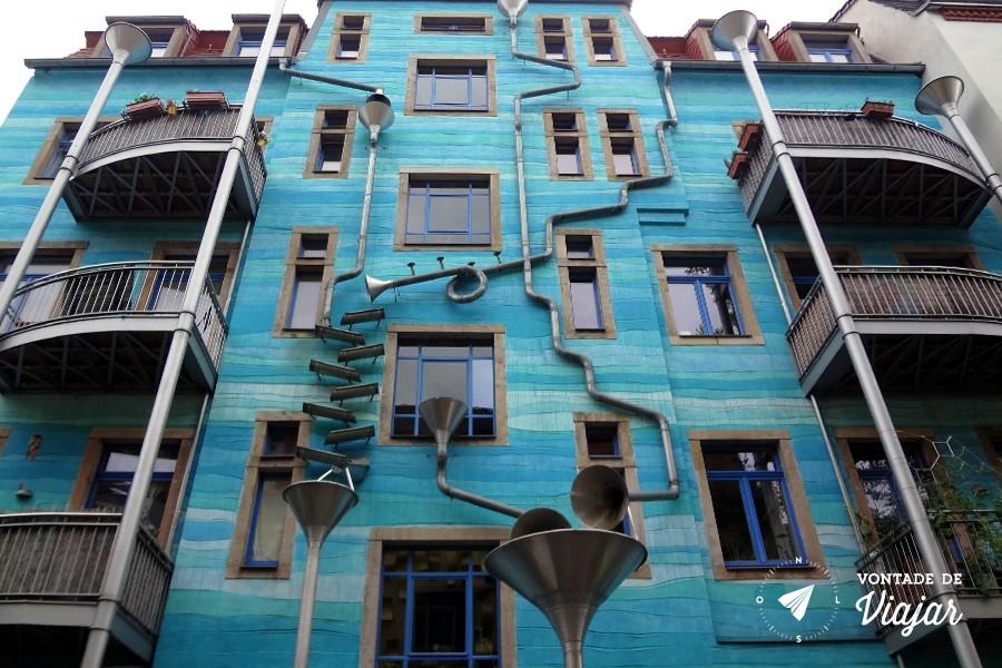 Dresden - predio azul com canos e instalacoes de arte na Kunsthof Passage