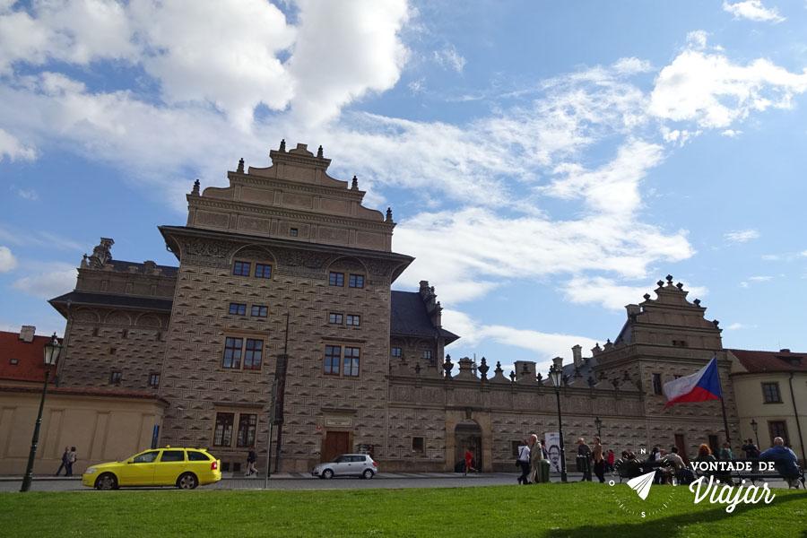 Pintura em um dos lados da fachada do Palácio Lobkowicz, em Praga
