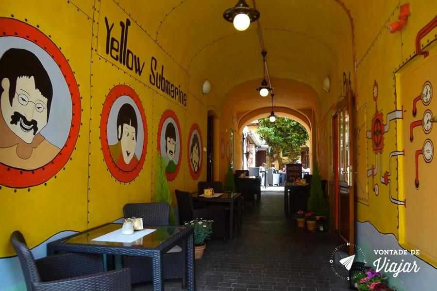 Pub Crawl em Praga - Bar decorado de Yellow Submarine