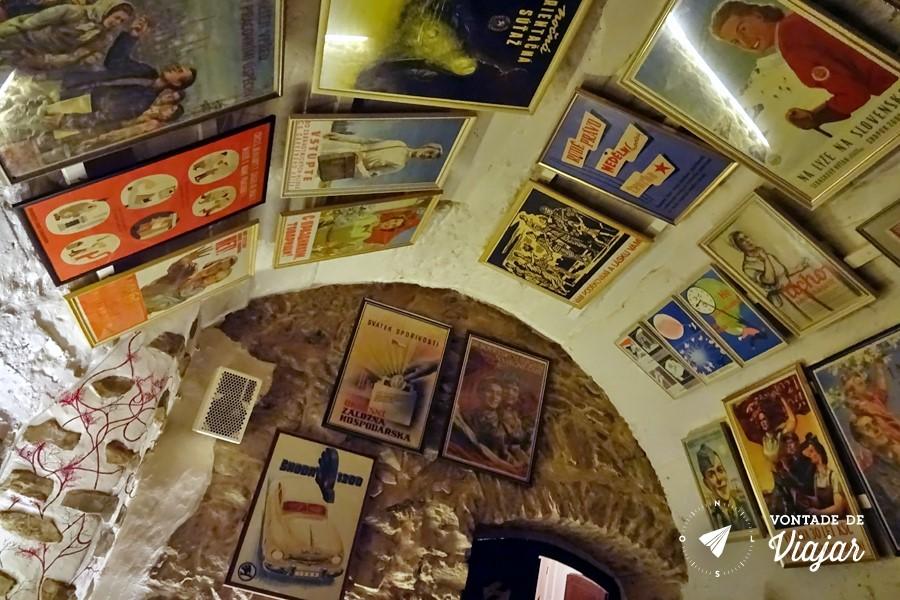 Pub Crawl em Praga - Decoracao da era comunista no Vodka Bar Propaganda