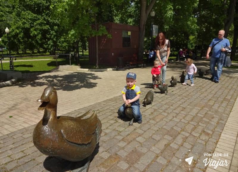 convento-de-novodevichy-em-moscou-estatua-da-familia-de-patos-no-parque