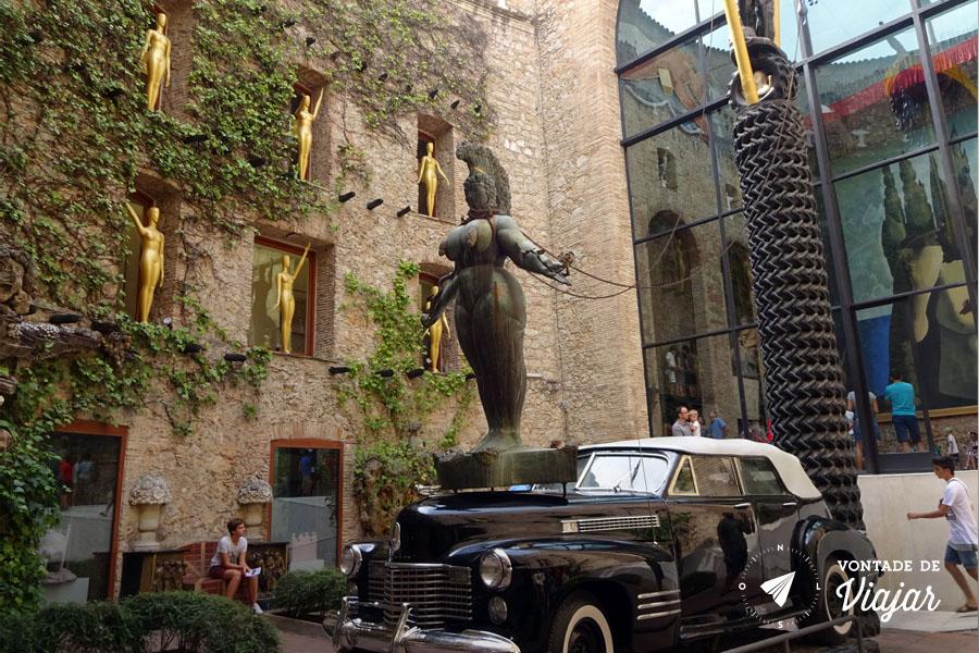 Museu Dali Espanha - Patio Estatua Carro