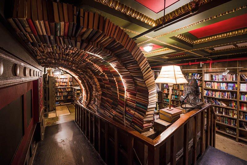 Tunel de livros The Last Bookstore - livraria em Los Angeles - Foto via The Travel Caffeine