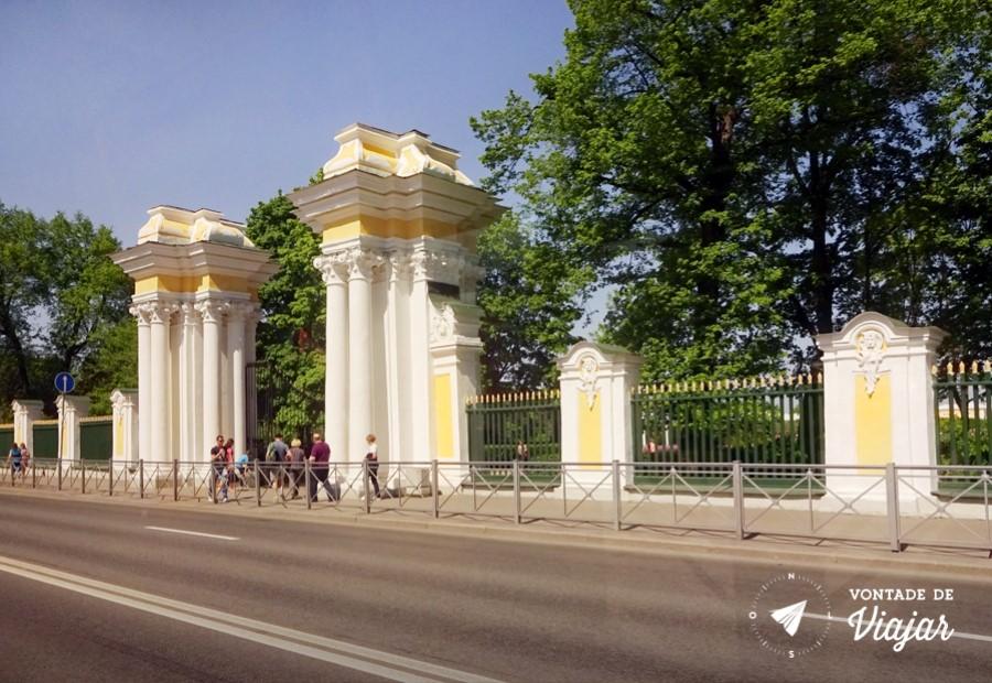 Como chegar em Peterhof - Entrada do palacio vista do onibus