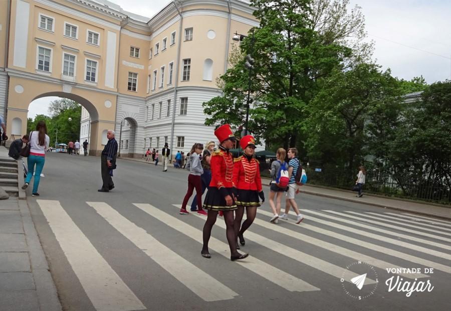 Como chegar em Tsarkoe Selo - Paquitas russas na entrada do Palacio de Catarina