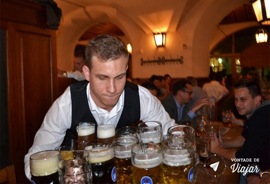 Beerhalls em Munique - Canecas de cerveja