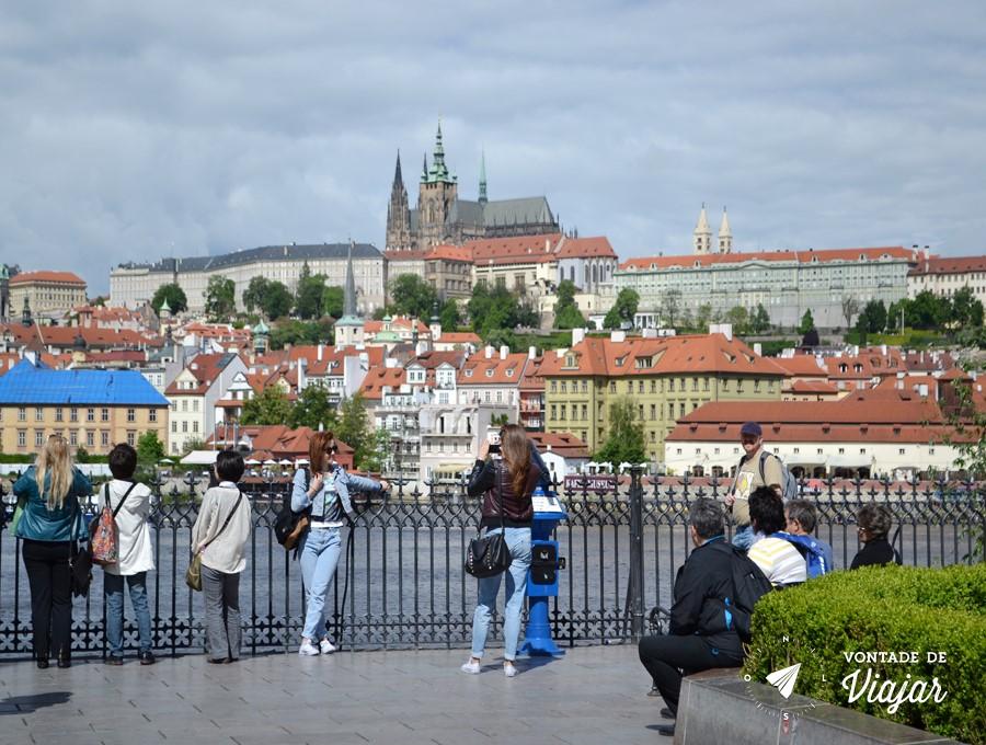 Castelo de Praga visto da margem do rio