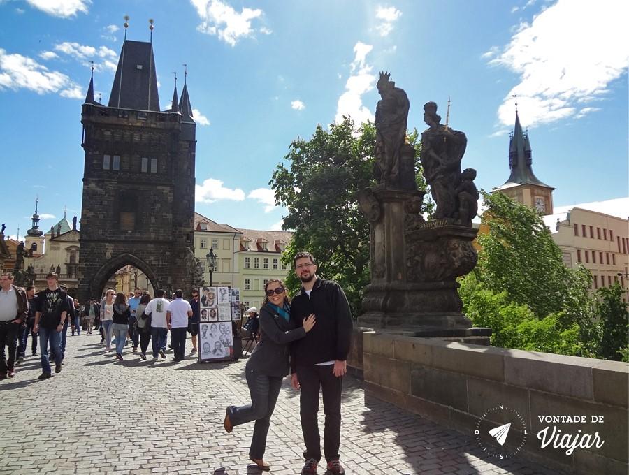 Torres góticas e estátuas barrocas na Ponte Carlos, em Praga