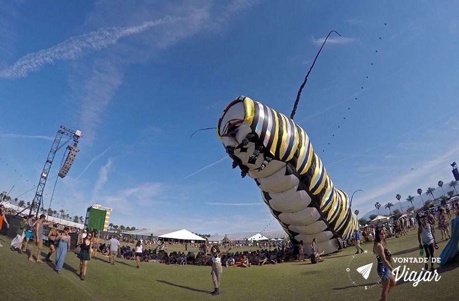 coachella-festival-na-california-instalacao-de-arte-lagarta