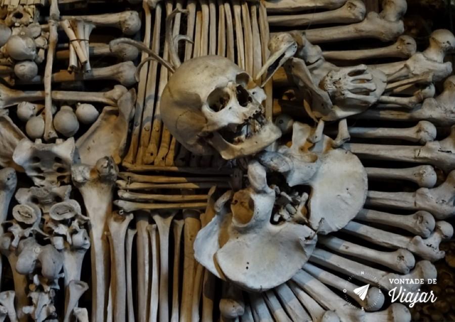kutna-hora-esqueleto-no-ossuario-de-sedlec