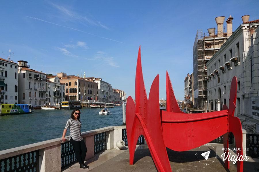peggy-guggenheim-escultura-vermelha-na-varanda